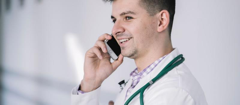 Usar o celular durante a consulta médica. Pode?